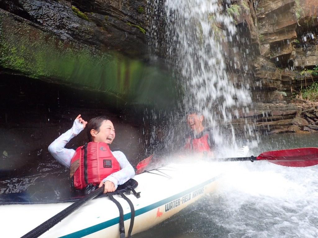 カヤックに乗ったまま滝に突撃!水落の滝は西表島に来たら絶対行くべきスポット!