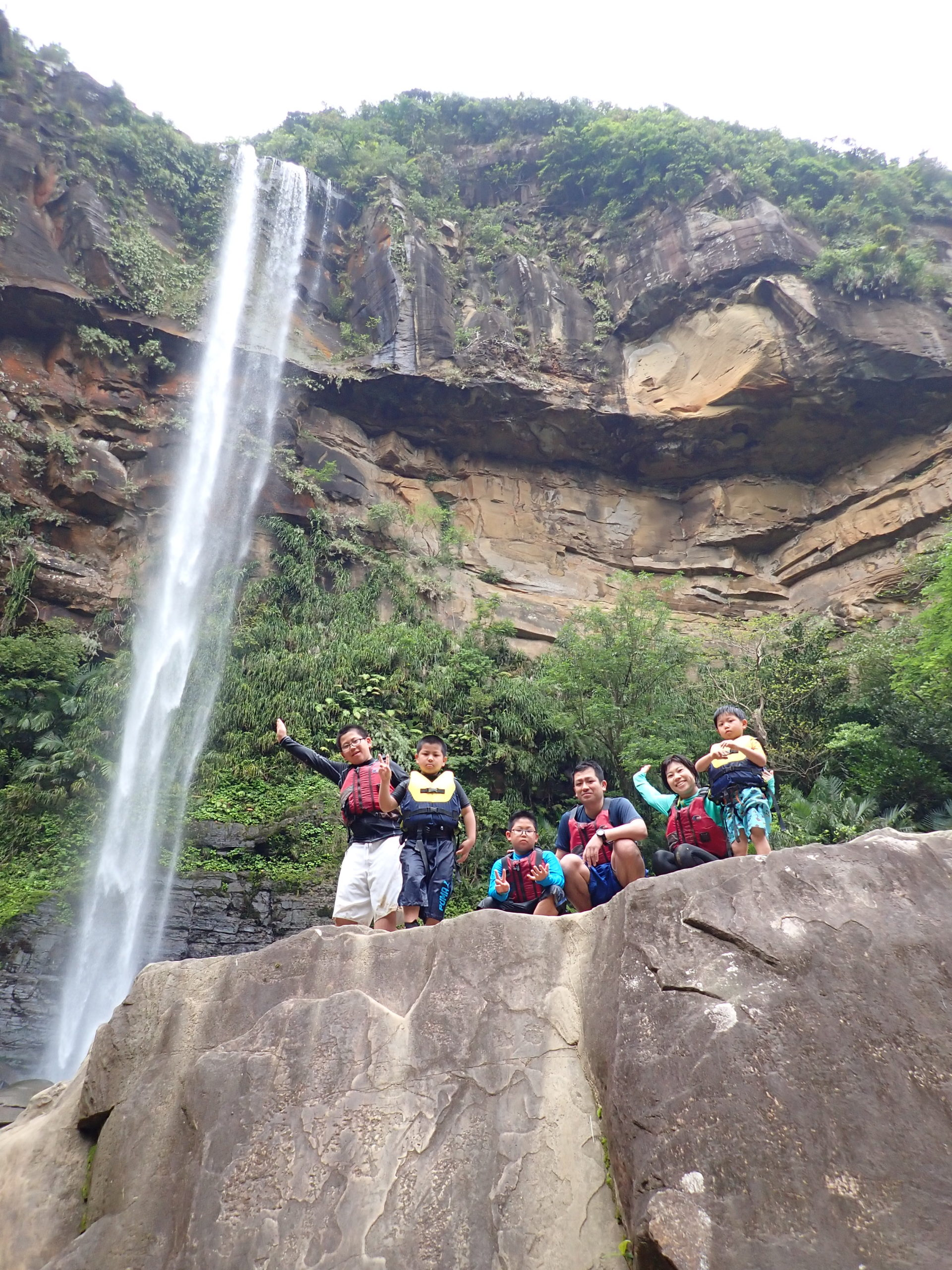 大家族が西表島にやって来た!にぎやか兄弟と行く、ピナイサーラの滝カヌーツアー!